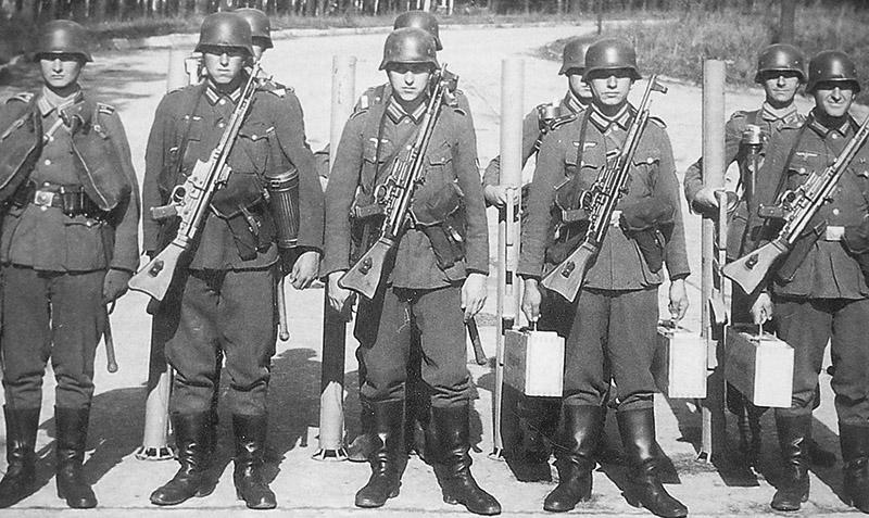 Отделение немецких солдат, вооруженных штурмовыми винтовками StG 44 и ручными противотанковыми гранатометами «Ofenrohr»