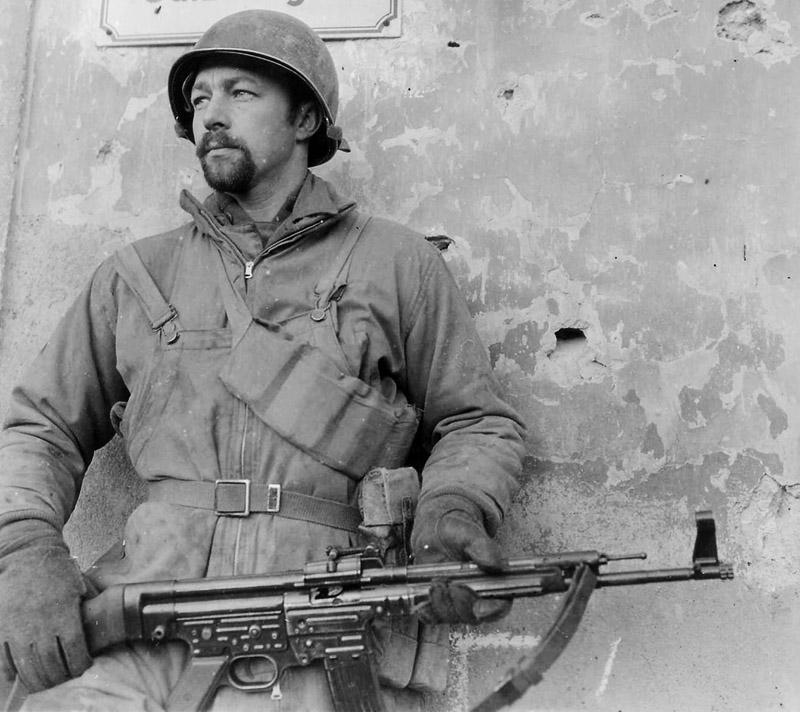 Американский солдат с трофейной немецкой штурмовой винтовкой StG 44