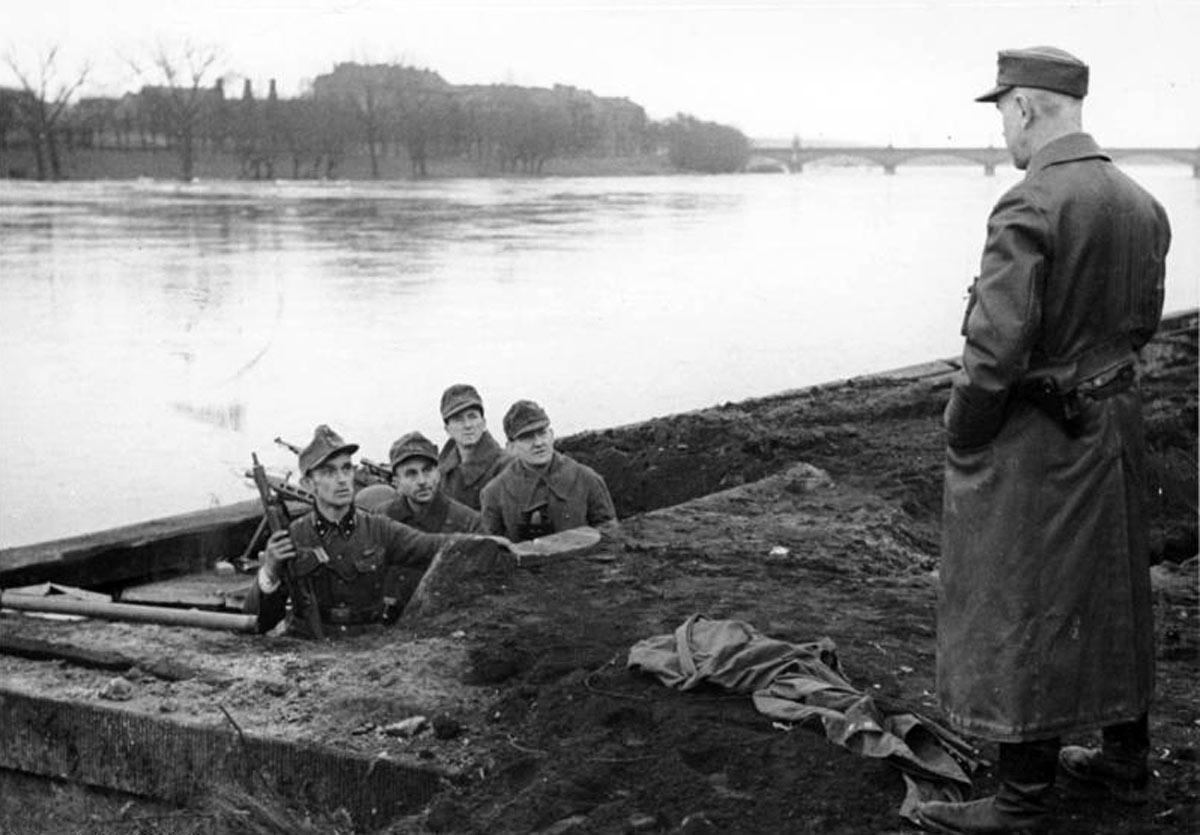 Бойцы Фольксштурма в окопе на берегу Одера