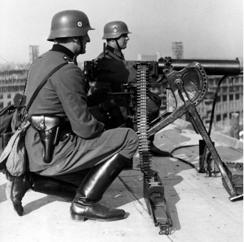 Немецкий пулемётный расчет на крыше здания в Варшаве