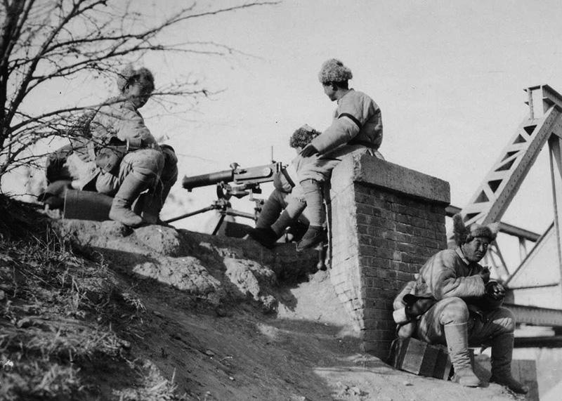 Китайские солдаты у пулемёта Тип 24
