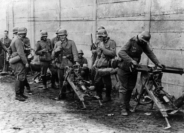 Немецкие солдаты осматривают захваченные польские пулемёты ckm Maxim wz. 08