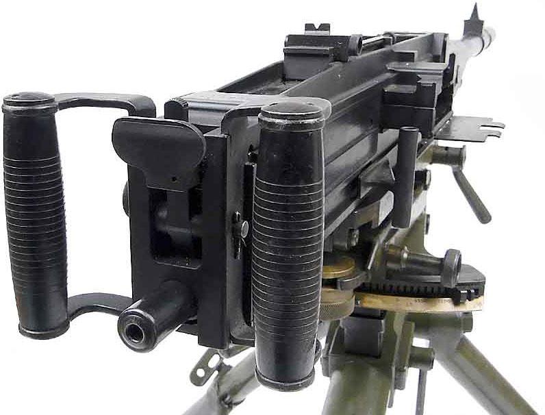 >   <p>Выталкивание патрона из ленты и досылание в патронник производятся досылателем затвора при движении затвора вперёд, а извлечение гильзы из патронника и вставка её обратно в ленту производится извлекателем при движении его назад. </p> <p>Подающий механизм расположен в верхней части приёмника (на крышке ствольной коробки). Нижняя часть приёмника присоединена к ствольной коробке.</p> <p>На нижней части приёмника расположена задержка затворной рамы, которая удерживает затворную раму в заднем положении после израсходования всех патронов в ленте.</p> <p>Регулировка объёма газовой каморы производится ввинчиванием или вывинчиванием регулятора, на котором имеются цифры от 0 до 9. Каждой цифре соответствует установка определённого объёма газовой каморы. Регулятор находится в передней части газовой каморы.</p> <p>Соединение ствола со ствольной коробкой сухарно-резьбовое, допускающее быструю смену ствола. Охлаждение ствола воздушное.</p> <p>Прицел рамочный; целик и мушка треугольной формы.</p> <h3>Эксплуатация и боевое применение</h3> <p>Пулемёт <strong>Breda Мod. 37</strong> использовался на всех фронтах и заслужил неплохую репутацию: он был хорошо сделан и оказался надежным и точным.</p> <ul>   <li><img class =