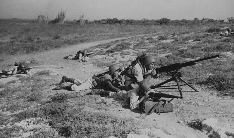 Итальянские морские пехотинцы в бою после высадке в Ситии на Крите