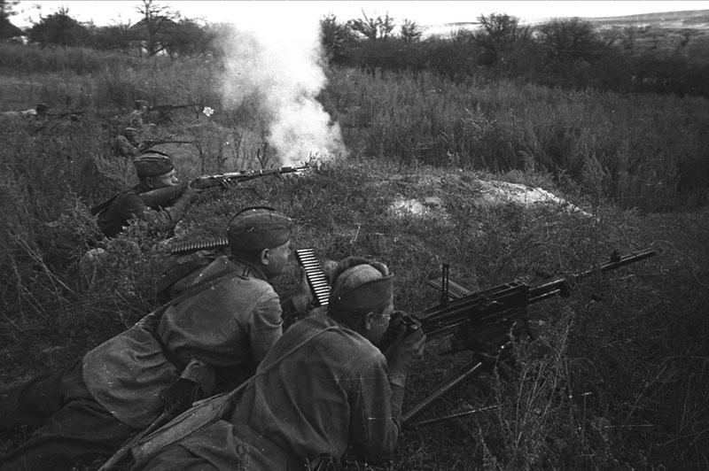 Советские пулемётчики ведут огонь из трофейного итальянского 8-мм пулемета Breda Mod. 1937