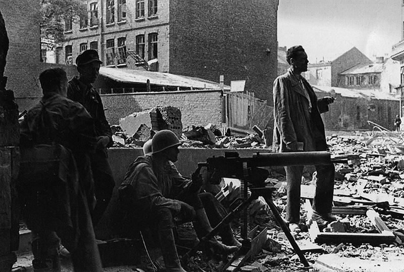 Польские повстанцы на улицах Варшавы с пулемётом Ckm wz.30