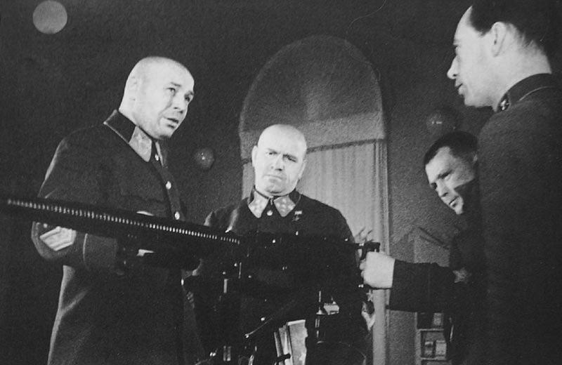 Нарком обороны СССР Маршал Советского Союза С. К. Тимошенко и начальник Генерального штаба генерал армии Г. К. Жуков осматривают новые образцы вооружения, созданные советскими конструкторами