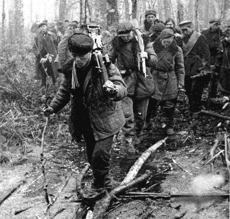 Белорусские партизаны на марше. Боец на переднем плане переносит станковый пулемёт ДС-39