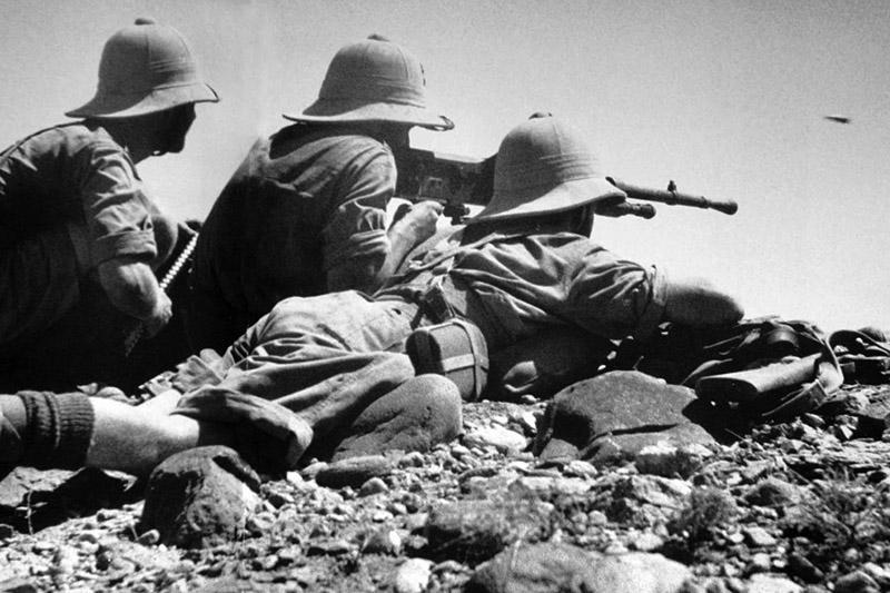 Трое солдат Французского иностранного легиона ведут огонь пулемёта Hotchkiss