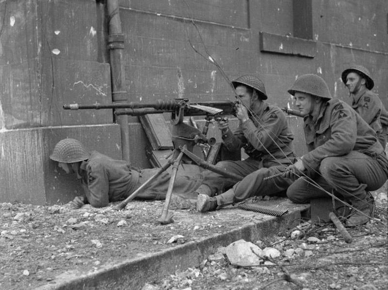 Британские солдаты с захваченным в ходе боёв во Франции пулемётом Hotchkiss