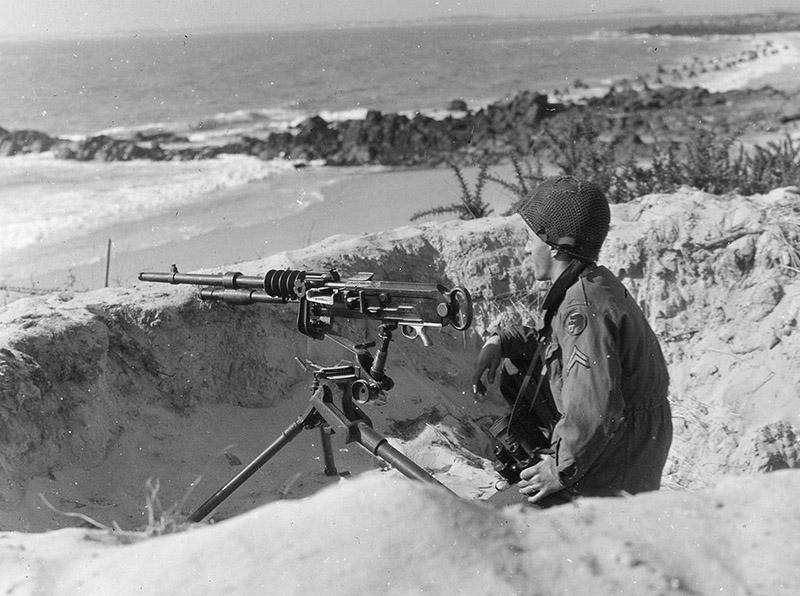 Американский солдат у пулмёта Hotchkiss