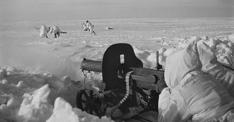 Советский пулеметный расчет поддерживают атаку своего подразделения