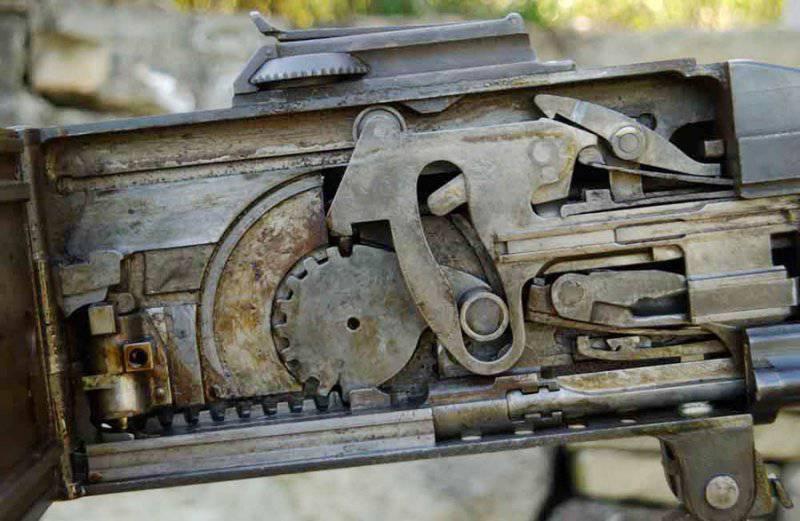 Внутреннее устройство пулемёта по сложности напоминает часовой механизм