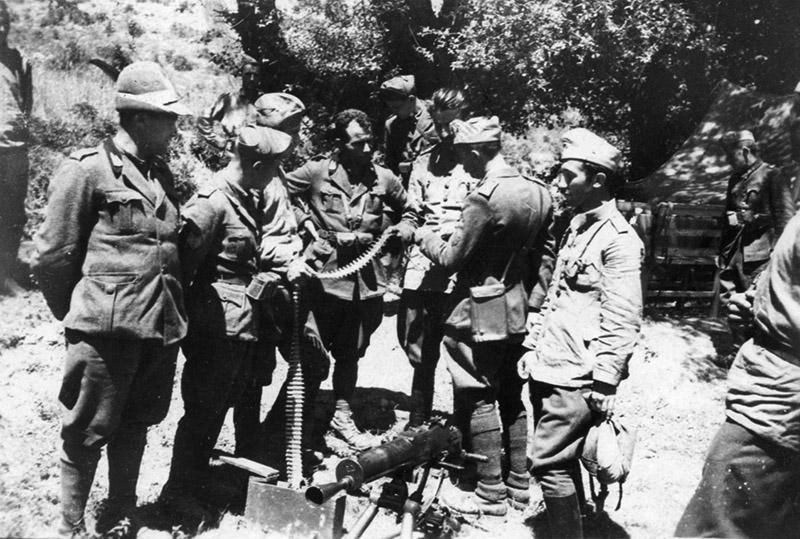 Итальянские и болгарские офицеры у пулемета Шварцлозе