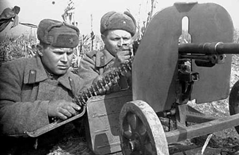 Советский пулемётный расчет ведет стрельбу из станкового пулемета Горюнова СГ-43.