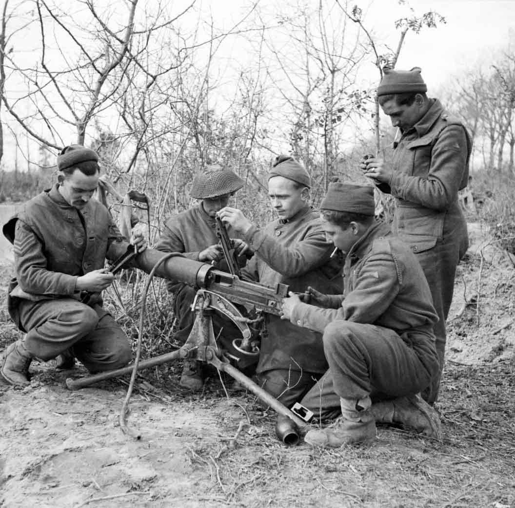 Английские солдаты за техническим обслуживанием пулмёта Vickers Mk. I