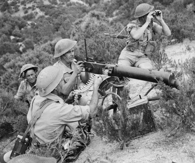 Английский пулеметный расчет ведет огонь из Vickers Mk. I