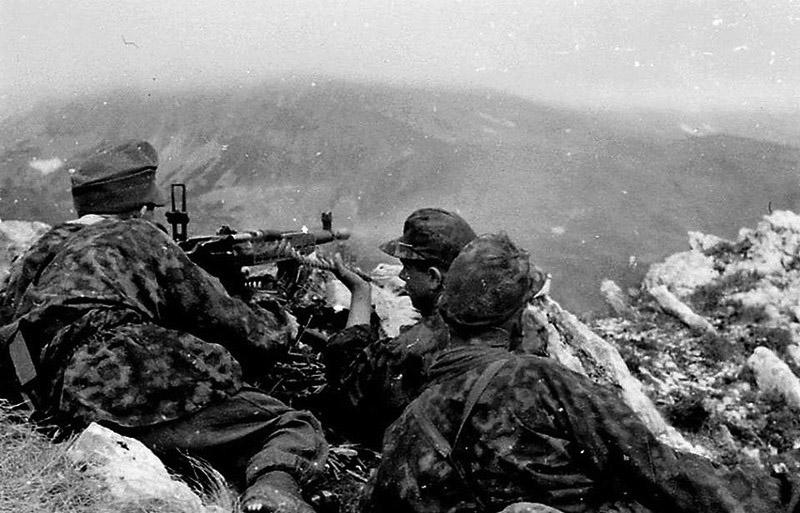 Солдаты горнострелковой дивизии CC «Принц Евгений» ведут огонь из MG 37(t)
