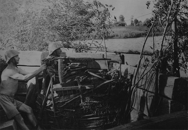 Румынские солдаты у пулемёта ZB-53 на позиции на реке Кубань