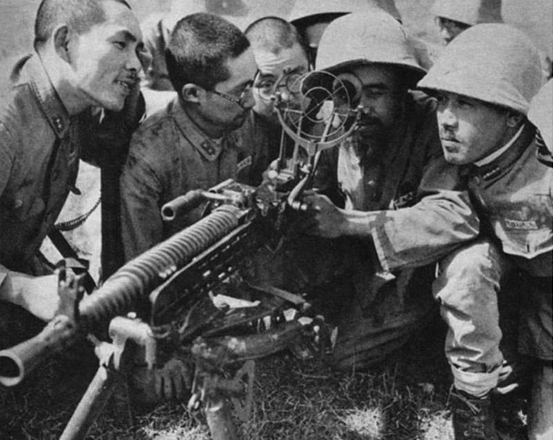 Японские солдаты изучают трофейный пулемёт ZB 53 с установленным зенитным прицелом
