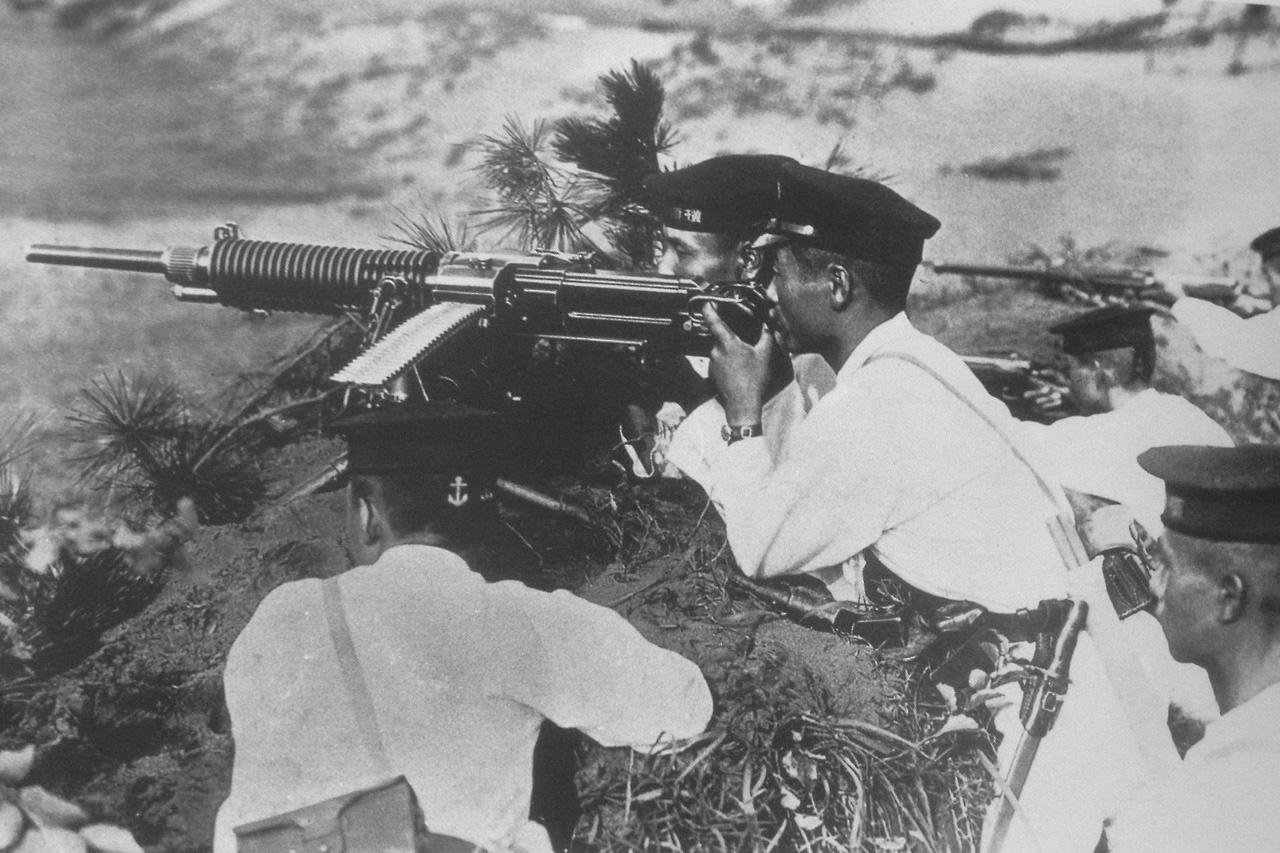Японские моряки из бригады морского десанта ведут огонь из пулемёта Тип 3