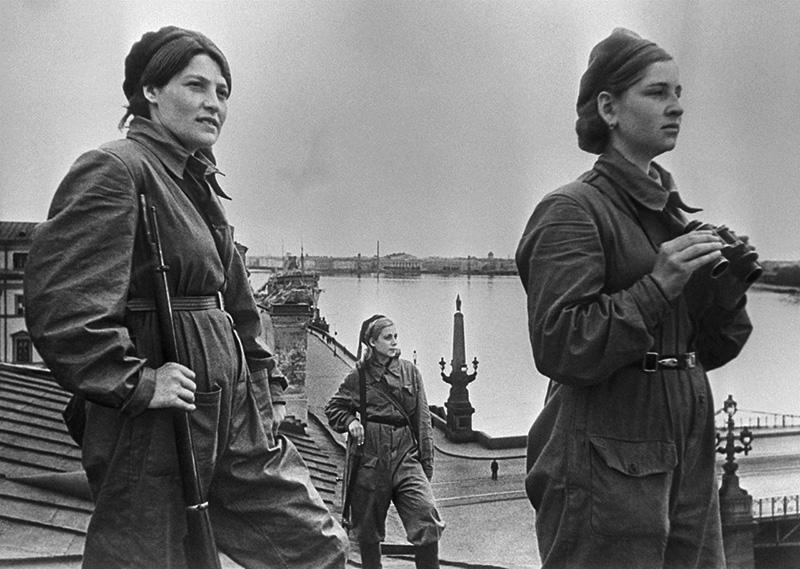Девушки-бойцы местной противовоздушной обороны (МПВО) несут боевое дежурство на крыше дома в Ленинграде, 1942 год. Девушка слева вооружена винтовкой Бердана № 2