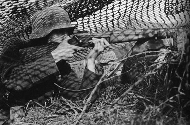 Немецкий солдат с винтовкой MAS 36