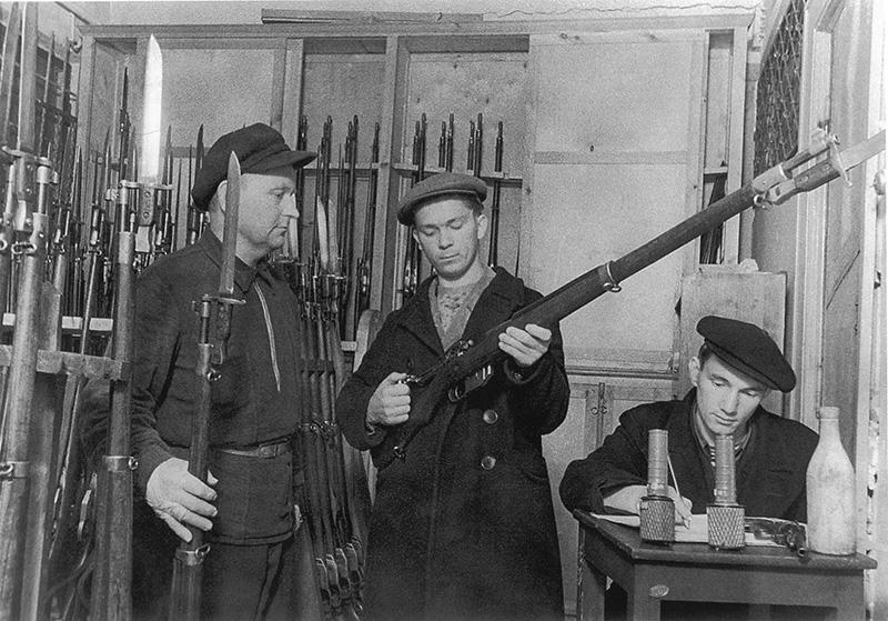 Ленинградские ополченцы получают оружие — канадские винтовки системы Ross Mk. III