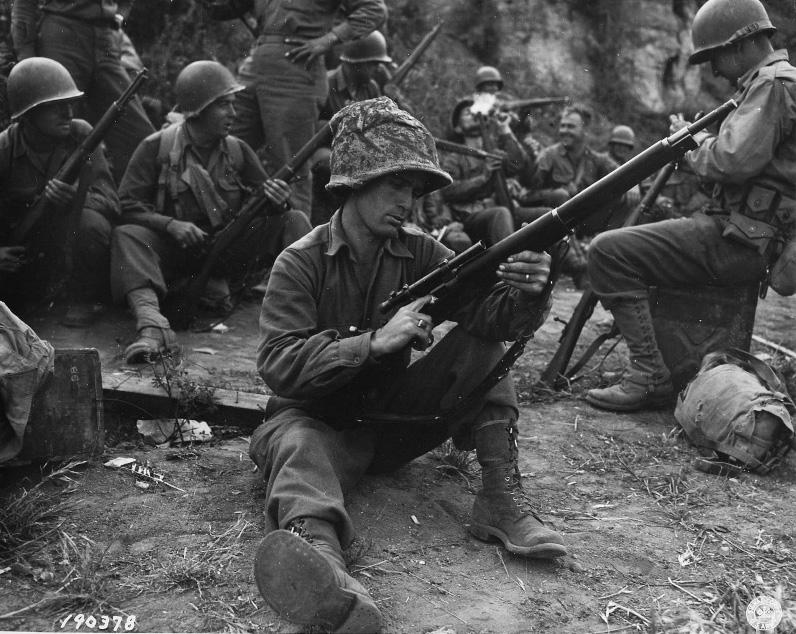 Американский снайпер чистит винтовку Springfield M1903A4