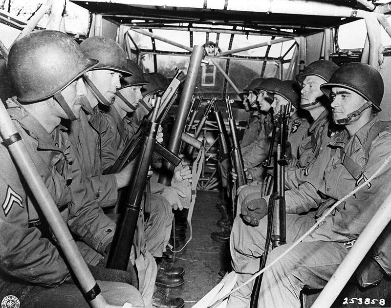Американские солдаты внутри десантного планера Waco CG-4A.