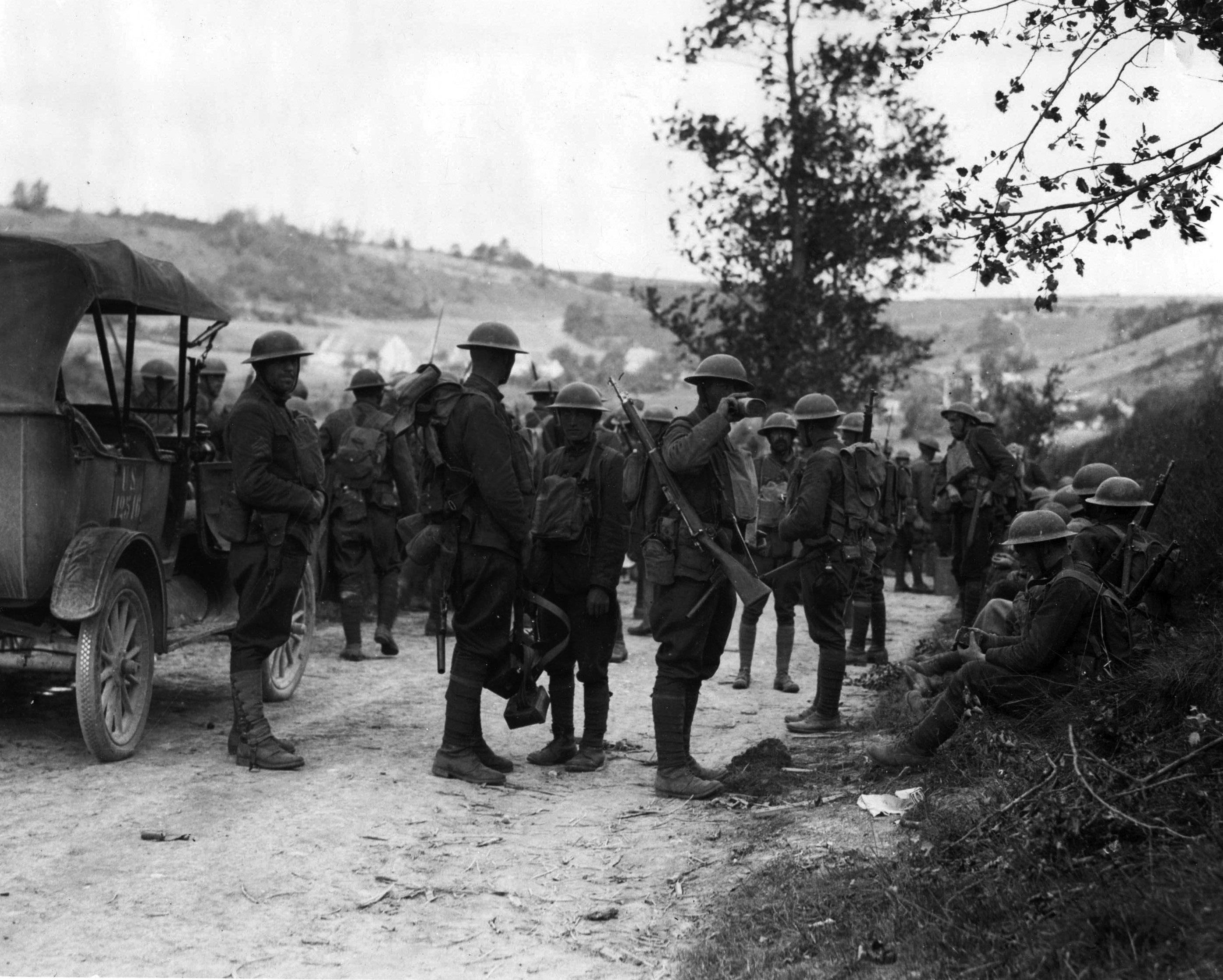 Солдаты из 1-го дивизиона 28-го пехотного полка, вооруженные M1903, отдыхают на привале. Франция, 1918 год