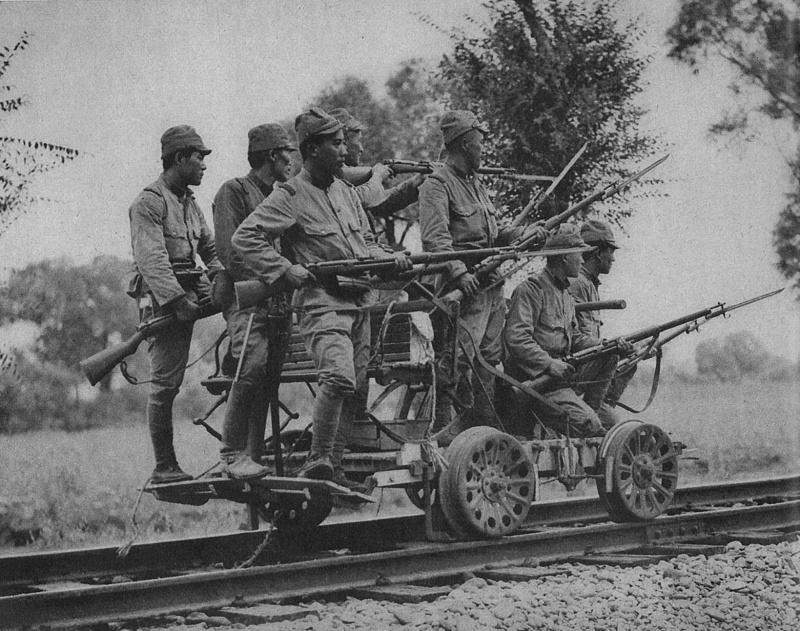 Группа японских пехотинцев с винтовками Тип 38 на дрезине