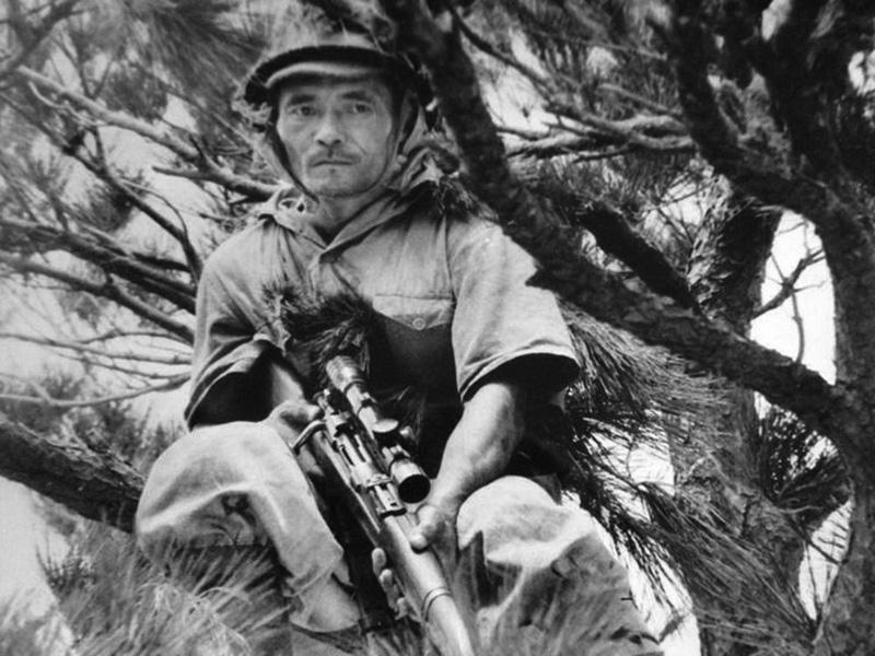 Японский снайпер с винтовкой Арисака Тип 99