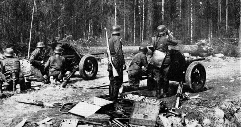 Немцы ведут огонь из захваченных советских пушек. У солдата в центре трофейная винтовка Мосина.