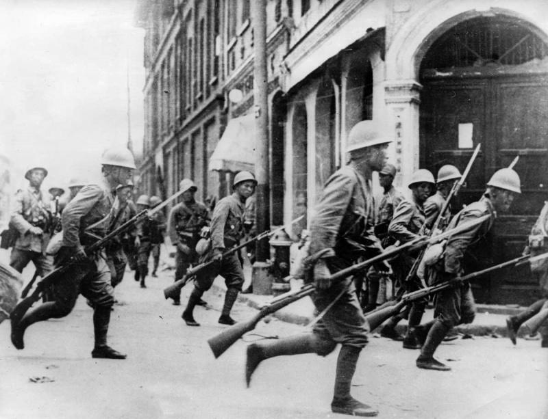 Японские пехотинцы с винтовками Тип 38 на улицах Шанхая