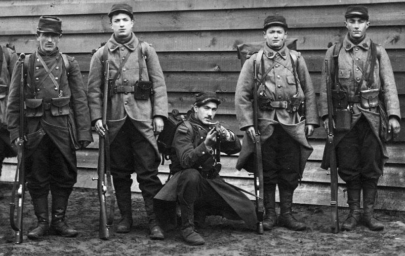 />            <p>На вооружении французской армии винтовка <strong>Гра</strong> продержалась до 1886 года, когда была заменена винтовкой     Lebel Mle. 1886.</p> <h3>Конструкция и принцип действия</h3> <p>Система Гра представляет собой однозарядную винтовку с продольно-скользящим болтовым затвором.     За основу конструкции взята доработанная система Маузера образца 1871 г. (был упрочнён экстрактор, улучшена экстракция     гильз и т. д.). Заметно также влияние системы Бомона образца 1871 г. В итоге получилась надёжная, прочная и дешёвая винтовка,     которая превосходила такие известные системы как Маузера и Бердана. Одной из особенностей     затвора винтовки являлось отсутствие резьбовых соединений. Затвор, состоящий всего из 7 деталей, разбирается без применения     инструментов и за несколько секунд.</p> <p>Запирание канала ствола производится на гребень затвора, поворачивающийся на четверть оборота.     Экстрактор располагается в неповоротной личинке затвора и имеет V-образную форму двухперой пружины. Своим верхним пером     экстрактор входит в вырез ствольной коробки и, благодаря передаваемому мощному усилию на зуб экстрактора, обеспечивает     надежный захват ранта гильзы и надежную экстракцию. Зеркало личинки имеет выраженную чашку, которая способствует более     надежному удержанию гильзы при экстракции. Мощная и удобная рукоять затвора значительно облегчает и ускоряет перезаряжание     винтовки. </p>      <img src=