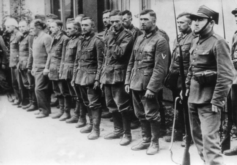 Немецкие пленные под конвоем польского солдата на улице Варшавы