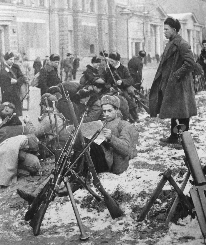 Бойцы одного из рабочих батальонов