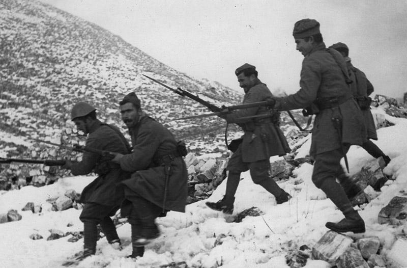 Греческие солдаты спускаются по склону во время войны с Италией.