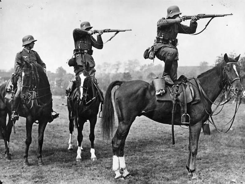 Немецкие кавалеристы на занятиях перед Второй мировой войной.