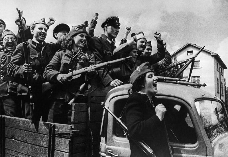 Бойцы Отечественного фронта Болгарии в грузовике на улице освобожденной Софии