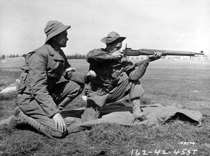 Американский солдат упражняется в стрельбе из винтовки Enfield M1917