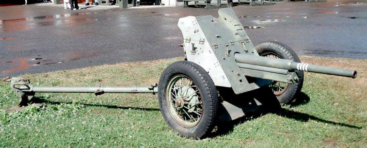 45-мм противотанковая пушка 53-К. Невооруженным глазом видно, кому орудие приходится 'родственником'