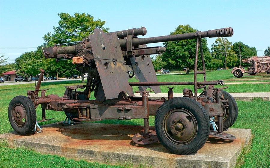 Варианты 85-мм зенитной пушки 52-К со щитом стали поступать на вооружение частей ПВО уже после начала войны. В таком оснащении зенитка легко превращалась в противотанковое орудие
