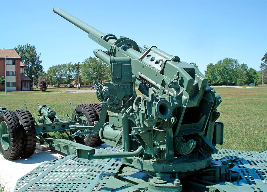 90-мм зенитная пушка M2, орудие на позиции, вид сзади