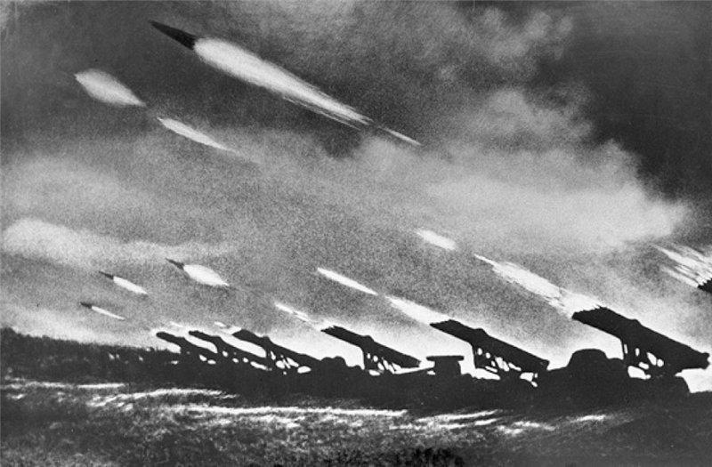 Гвардейские минометы ведут огонь по врагу