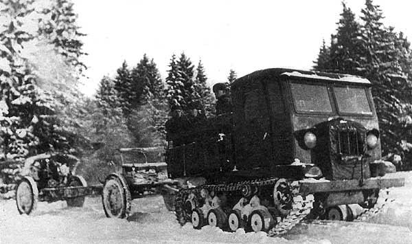 артиллерийский трактор-тягач СТЗ-5 'Сталинец' буксирует орудие