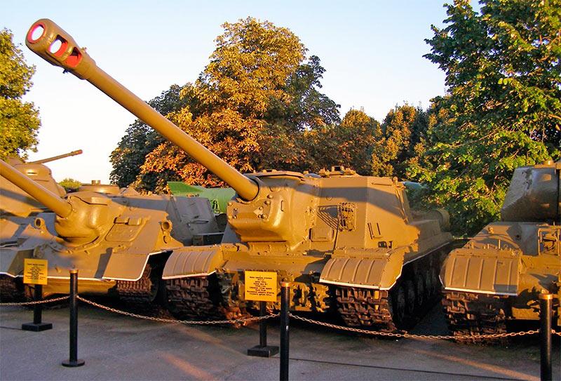 Несмотря на меньший, чем у ИСУ-152 Зверобой калибр, ИС122 внушает ничуть не меньше
