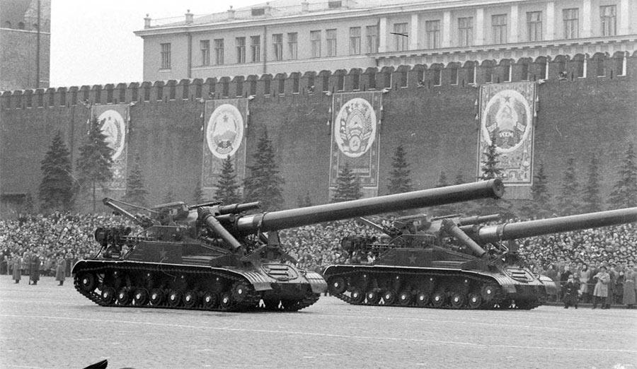 Атомная самоходная пушка Конденсатор-2П, на Красной площади