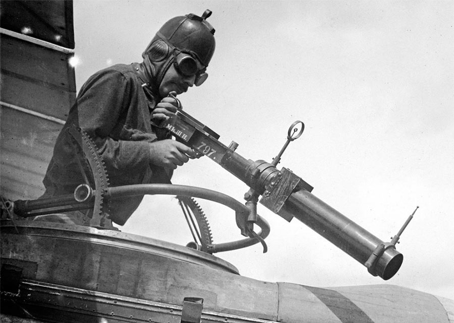 А вот и шкворневая пулеметная установка в кабине самолета. Попасть в кого-то сложно, но страху нагнать можно легко
